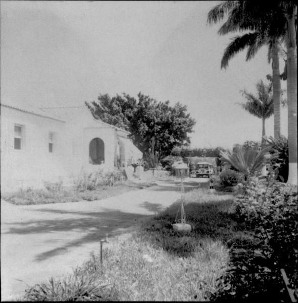 Sede da fazenda de Santa Maria, ao fundo o leito da Estação Ferroviária Norte do Paraná e Santa Catarina : Município de Cambará (PR) - 1960