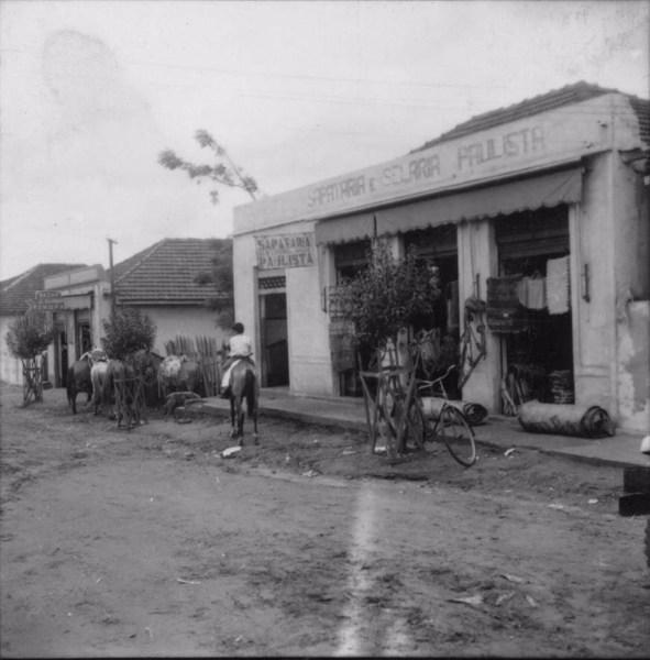 Aspecto do comércio na rua Dr. Getúlio Vargas em Guaraci (PR) - 1960
