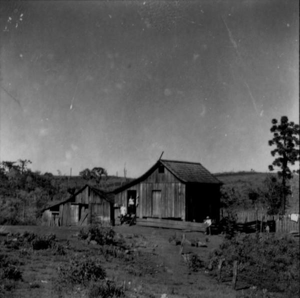 Casa de colono na estrada para o município de Marmeleiro : município de Marmeleiro - 1966