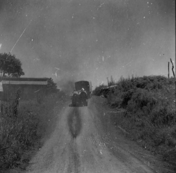 Caminhão transportando madeira bruta : município de Chopinzinho - 1966
