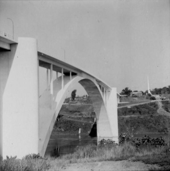 Aspecto da Ponte Internacional sobre o Rio Paraná na Foz do Iguaçu : município de Medianeira - s.d.