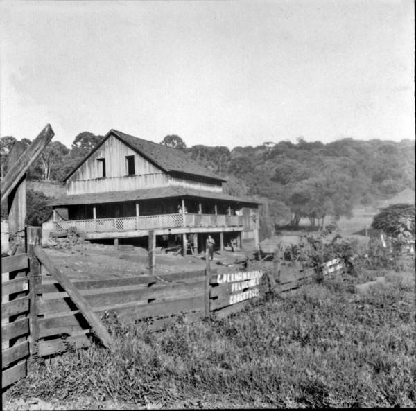 Rio Lambedor, casa de colono com várias colônias : Município de Mariópolis (PR) - 1965