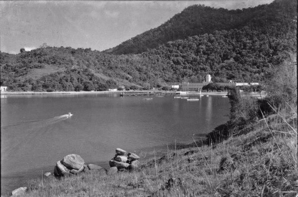 Enseada Batista Neves, vendo-se o Edifício do Colégio Naval. (RJ) - 1955