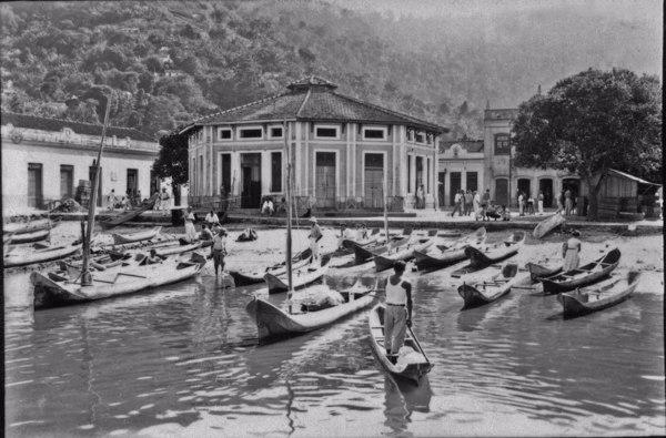 Pescadores em frente ao mercado de Angra dos Reis (RJ) - 1955