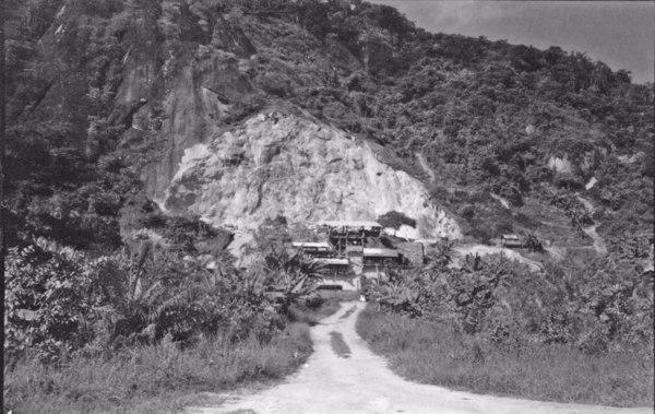 Pedreira de Suruí, trabalha com britadores (RJ) - 1958
