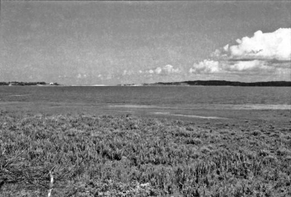 Lagoa de Emboacica, próxima ao limite com Macaé. Nota-se ao fundo as serras, ao redor da lagoa pequenas ondulações (RJ) - 1958
