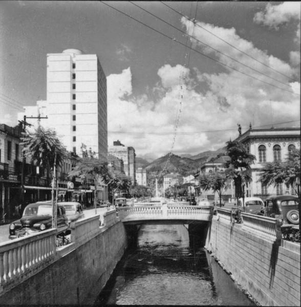 O Rio Piabanha já canalizado, edificações modernas na Av. 15 de Novembro : Petrópolis (RJ) - s.d.