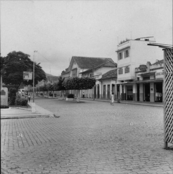 Pça. principal da cidade de Cordeiro, junto a Est. Férrea. (RJ) - 1957