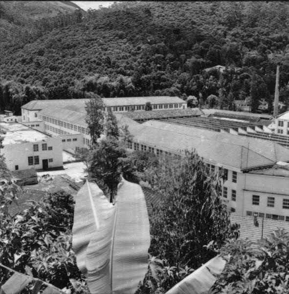 Fábrica de Filó S.A. , ao fundo de um vale de alt. de 920 ms : Friburgo (RJ) - 1957