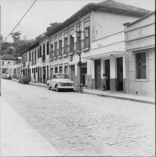 Construções antigas, grandes sobrados. As ruas mais importantes são calçadas com paralelepípedos : Município de Cantagalo (RJ) - 1957