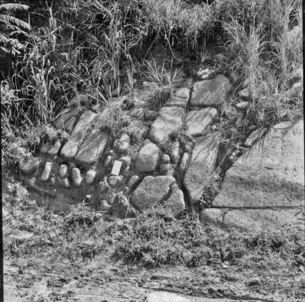 Decomposição de rocha eruptiva, em forma de casca de cebola : Município de Cantagalo (RJ) - 1957