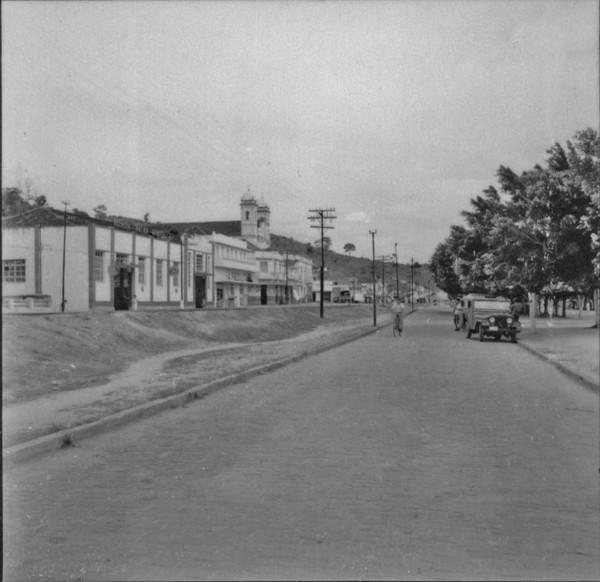 Aspecto parcial de Itaperuna, à margem da linha férrea (RJ) - 1957