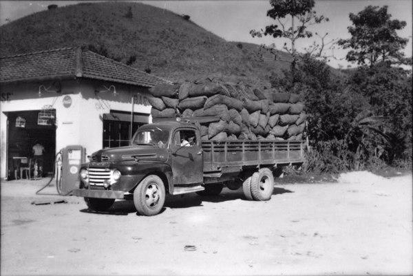 Caminhão carregado de carvão vegetal, vindo de Angra dos Reis, para Barra Mansa, município de Itaverá (RJ - 1958