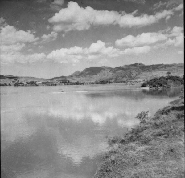 Relêvo à jusante de São Fidelis. Níveis de terraços no primeiro plano e níveis de escalonados (RJ) - 1957