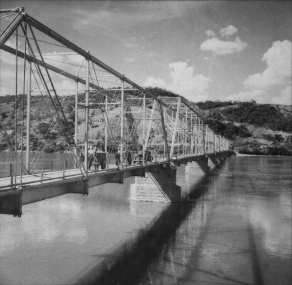 Antiga ponte ferroviária da E. F. Leopoldina : Município de São Fidelis (RJ) - 1957