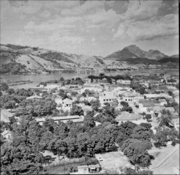 A Cidade de São Fidélis, desenvolvendo-se em um nível de baixo terraço do Paraíba. A parte mais importante está à margem direita : município de São Fidélis - 1957
