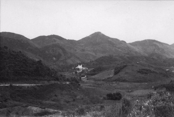 Aspecto da cidade de Rio Claro, ao fundo a serra de igual nome. Foto tirada da estrada Rio : Angra dos Reis (RJ) - 1958