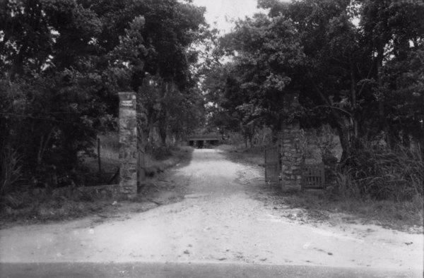 Entrada principal da fazenda Escola Patioba (RJ) - s.d.
