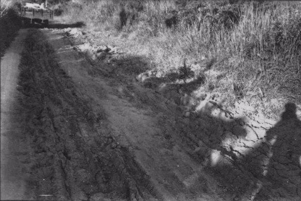 Trecho da estrada de Fontes que liga Paracambi a Presidente Dutra, vendo-se caminho de um lavrador de localidade (RJ) - s.d.