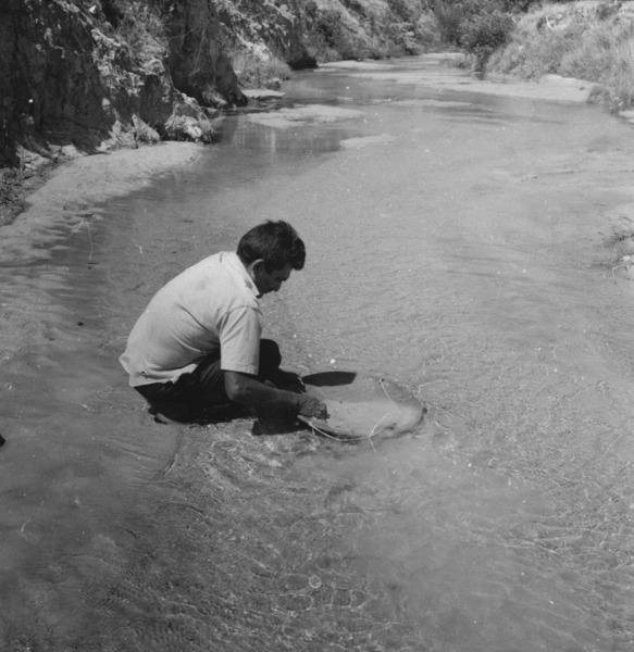 O garimpeiro Antonio batendo ouro no Igarapé Uiramutã no Alto Maú (RR) - 1978