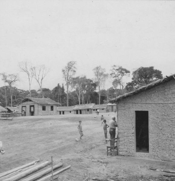 Praça do povoado de São João da Balisa, núcleo de posseiros maranhenses (RR) - 1978