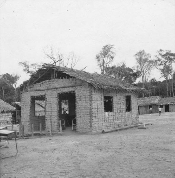 Escola em barraco de supapo e palha, situada na praça de São João da Balisa (RR) - 1978