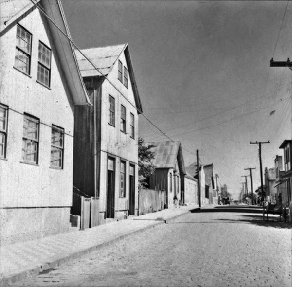 Casas de madeira na Rua 15 de novembro, em Vacaria (RS) - 1959