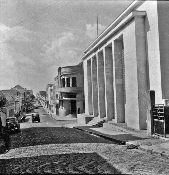 Rua 7 de Setembro, vendo-se o prédio do Banco do Brasil e do Nacional de Comércio: Município de Cachoeira do Sul - 1959