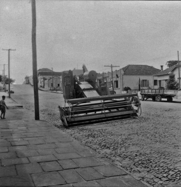 Máquina de colher trigo : Cruz Alta (RS) - 1959