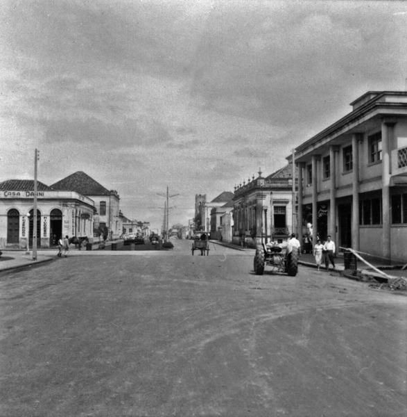 Praça principal de Cruz Alta, vendo-se à direita o prédio dos Correios : Cruz Alta (RS) - 1959