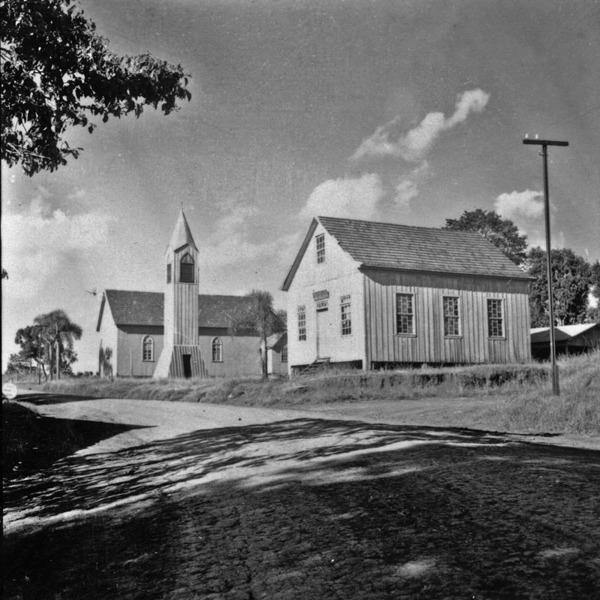 Igreja com campanário separado e escola : Marcelino Ramos (RS) - 1959