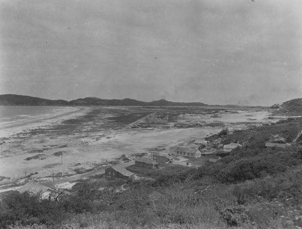 Vista parcial de Laguna : vendo-se o novo bairro (SC) - 1953