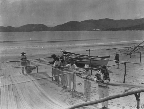 Reparo das redes em Garopaba : M. de Palhoça (SC) - 1953