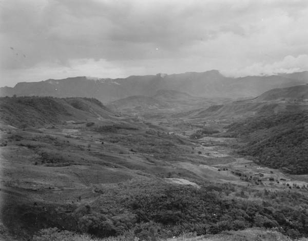 Aspecto do vale do Rio Ferreira, no município de Urussanga (SC) - [1953?]