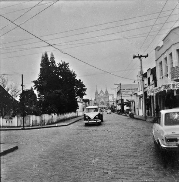 Aspecto de uma rua comercial : município de Itajaí - 1972