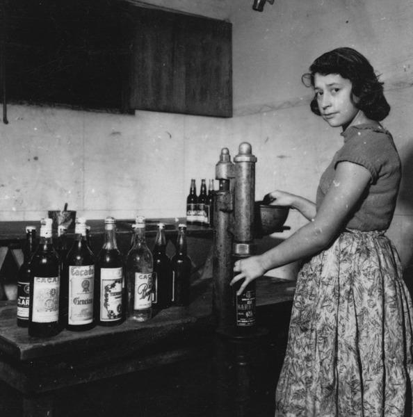 Engarrafamento de vinho : Fábrica Viti-Vinícola Caçador S/A (SC) - 1957