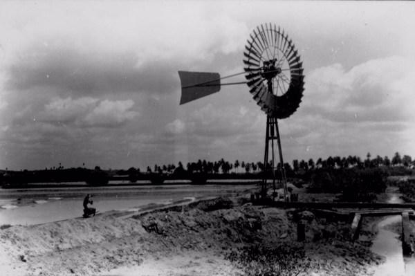 Moinho de vento nas salinas de Nossa Senhora do Socorro (SE) - jan. 1952