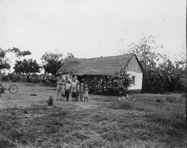 Colonos húngaros na colônia Arpad entre Cane e Presidente Epitácio (SP) - 1952
