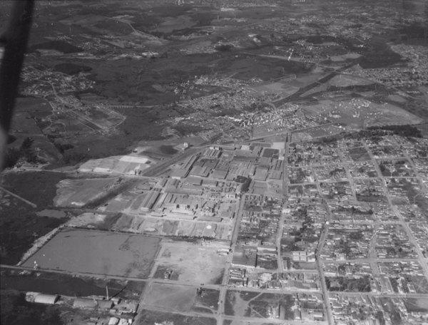 Vista aérea de fábricas de cerâmica em Santo André (SP) - 1956