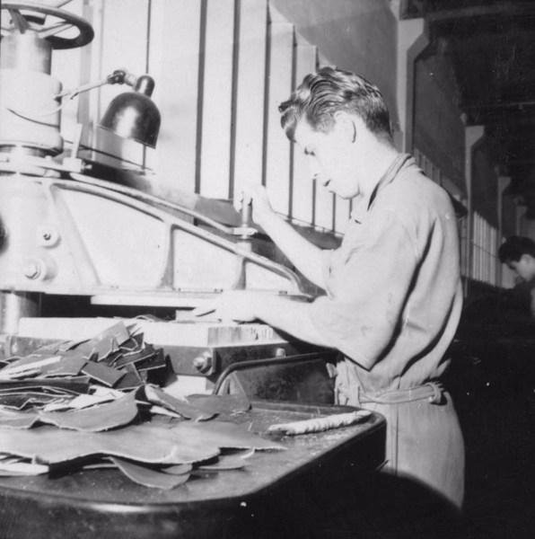 Interior da fábrica de calçado Lamelo : Cidade de Franca (SP) - 1957