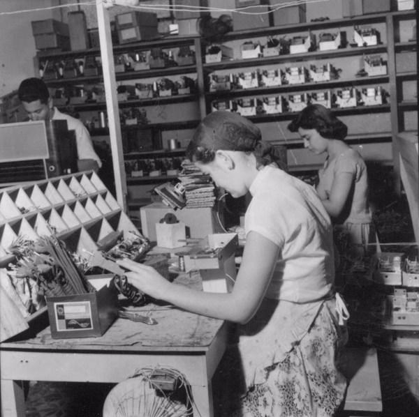 Montagem de rádios : Fábrica Memphis : Marília (SP) - 1957
