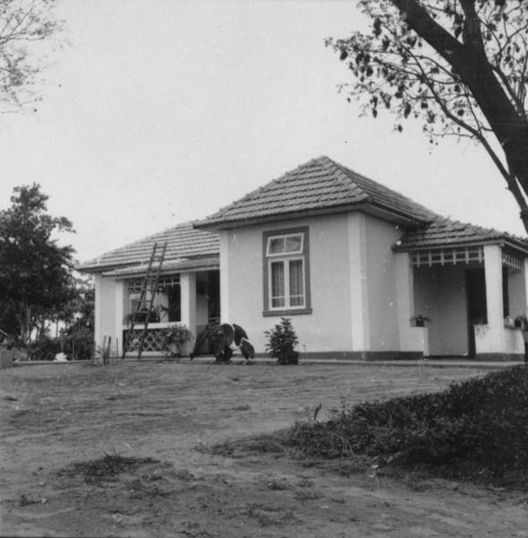 Casa de colono lituano, na vila Varpa : Município de Tupã (SP) - 1957
