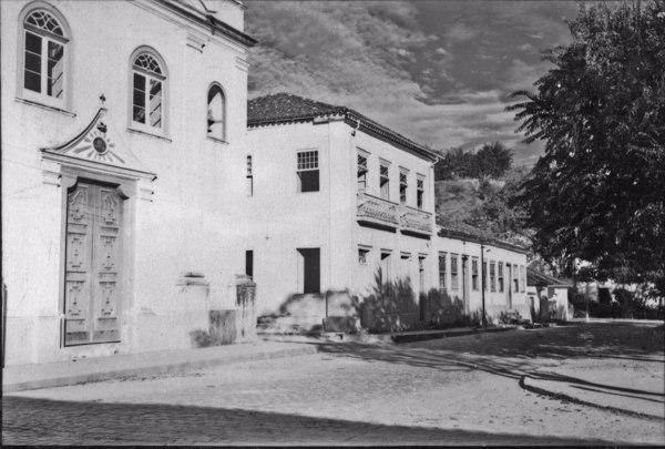 Casarões antigos na Praça Rubião Júnior, na cidade de Bananal (SP) - 1958
