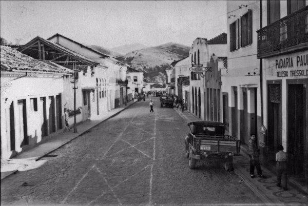 Aspecto da Rua Manuel de Aguiar, na cidade de Bananal : Sobrados antigos : Casas de comércio (SP) - 1958