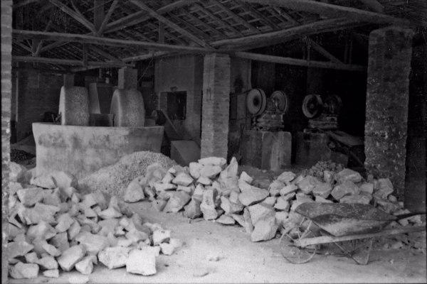 Aspecto da britagem de dolomita calcáreo na Fábrica Industrias Reunidas Vera Cruz : Município de Taubaté - 1958