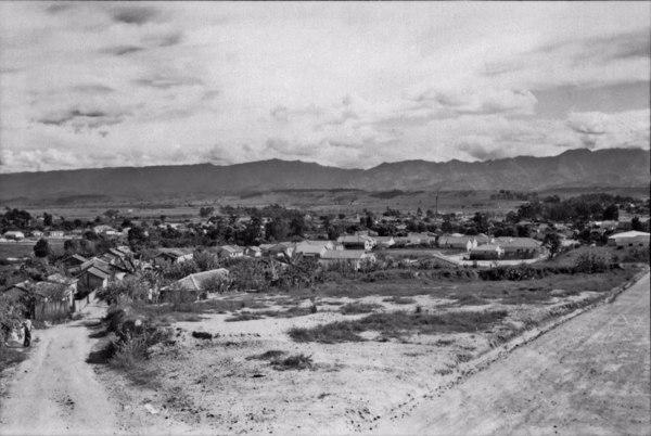 Aspecto da cidade e ao fundo a Serra da Mantiqueira : Município de Cachoeira Paulista - 1958
