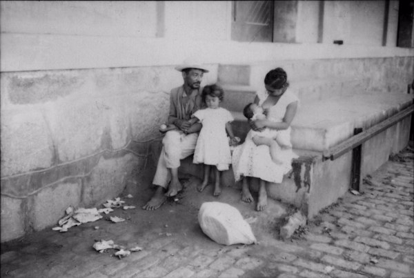 Família de retirantes vindos das minas para o município de Taubaté (SP) - 1958
