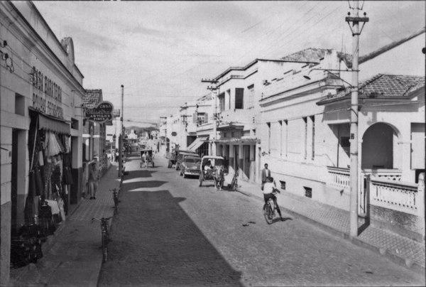 Rua principal da cidade de Lorena, Dr. Rodrigues Alves, puramente comercial (SP) - 1958