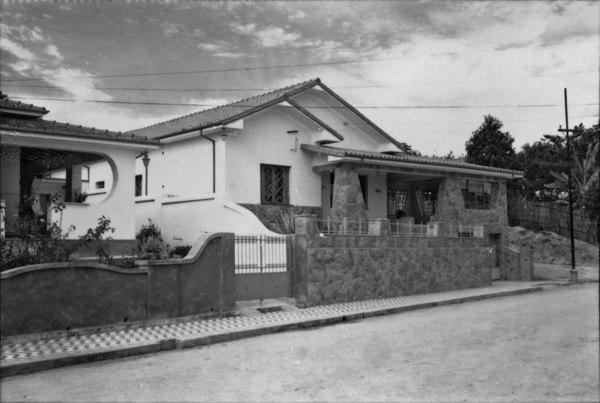 Casa moderna localizada na Avenida Godoi Neto : Município de Lorena - 1958