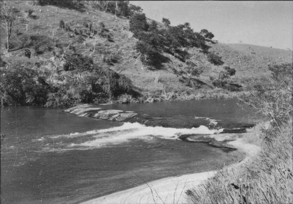 No leito do Rio Paraibuna, vários afloramentos dando aparecimento a pequenas corredeiras : Paraibuna (SP) - 1958
